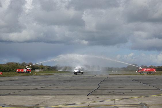 Arrosage de l'avion par les pompiers de l'aéroport Brest Bretagne pour célébrer le vol inaugural Brest Amsterdam (crédit photo : CCIMBO/B. Kermarec)