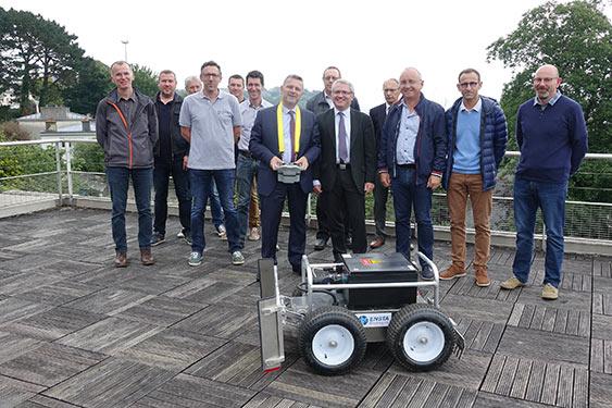Jean-Christophe Cagnard, vice-président Equipements de la CCIMBO, a réceptionné ce 13 juin 2018 le prototype du robot imaginé par les étudiants de l'Ensta Bretagne