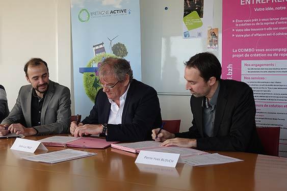 Jean-Luc Prat, élu de la CCIMBO Morlaix signe la convention de partenariat avec David Corre, délégué territorial Finistère Morbihan de l'Adie, et Pierre-Yves Blouch, délégué général de Bretagne active